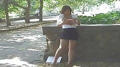 chica se masturba en el parque
