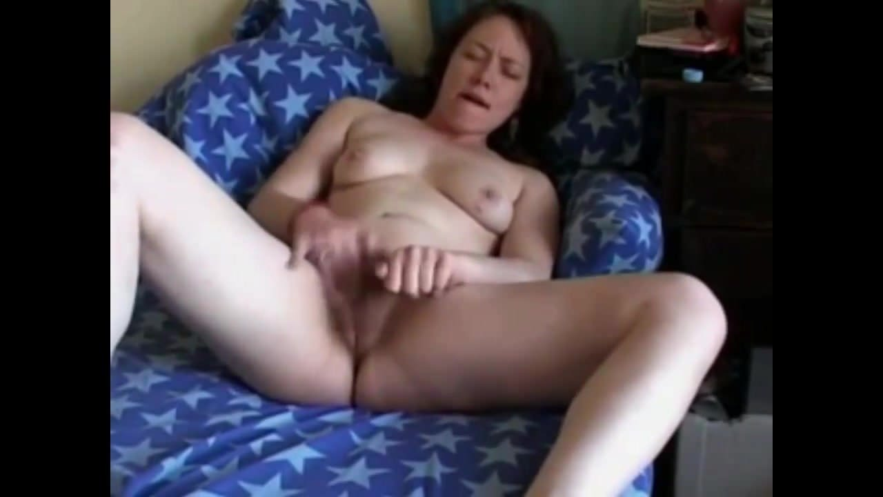 полненькая мастурбирует на кровати на камеру - 6