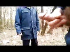 Paja en el bosque y el viejo mira