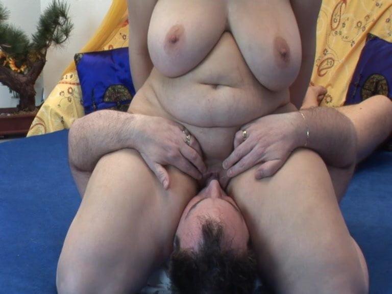 Порно полная тетка садится пиздой на лицо