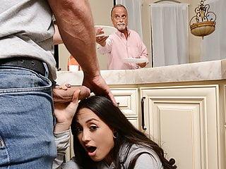 Papi llega tarde, encontrará su nena con la cara enlechada