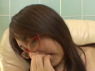 松岡理穂 ムッチリくびれ巨乳のメガネお姉さんを手マンとローターで愛撫してみました