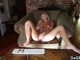 Convincing Stunning Teen To Masturbate On Cam