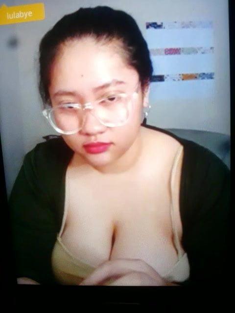 indonesian surabaya lady di bigo displaying monstar boob