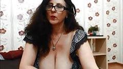 Dancing MILF with seroius cleavage