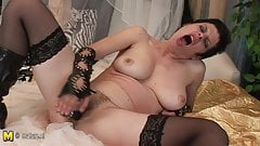 Sexcraving mature mom playing with herself