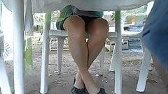 sous ma table ses cuisses en bas et ses ballerines