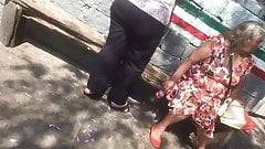 Abuela rica en la calle (camara lenta)