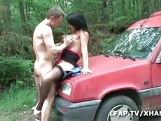 MILF aux gros seins sodomisee au bord de la route