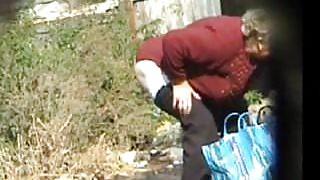 Pissing sexy Granny! Amateur hidden cam!