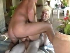 FRENCH MATURE EVA FUCKED IN DOUBLE PENETRATION OUTSIDE