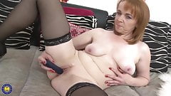 Mature mom fucks her hungry pussy