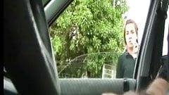 Exibindo o penis no carro 2