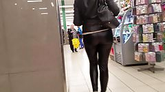 Pretty MILF's ass in leather pants