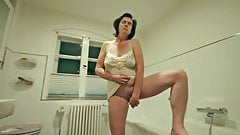 Gudrun wichst sich im Bad