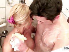 Geile Stief-Mutter fickt ihren Bubi Stief-Sohn in der Dusche