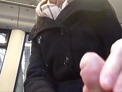 Teensau wichst Spanner in der Strassenbahn!
