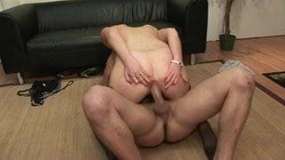 Libertine brunette initiee a la double penetration