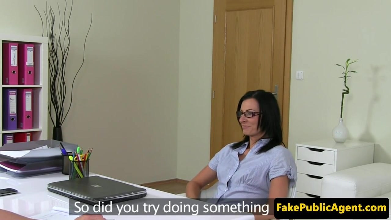 Amateur spex model squirts on casting couch