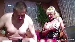 Mutti mit den Mega Titten wird vom Nachbarn gefickt