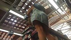 Milf coxuda de vestidinho no supermercado