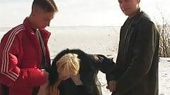 Moden Kvinde & 2 Unge Fyre - 5 (Danish Title)
