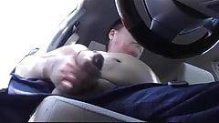 Abuelo asiatico se pajea en el coche.