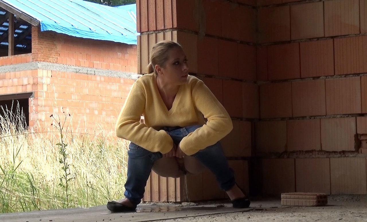 нужны как видео девушки писают за домом наклонился ней она