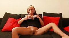 Blondine mastubiert