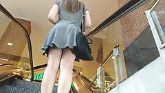 up de baixo da saia da novinha com vestido marcando a bunda