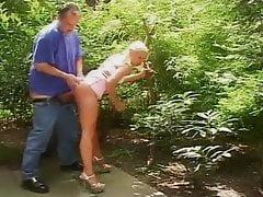 papa  defonce sa fille dans le jardin