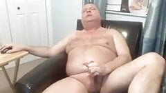 coroa gordo gozando na punheta