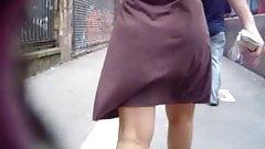 Desfilando de saia marrom marcando a calcinha