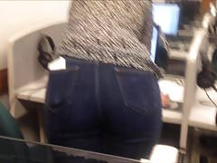 Sexy candid voyeur girl in tight jeans in the computer lab