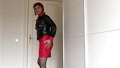 Tranny in rot-schwazen Lack-Outfita spritzt mit Anal-Toy