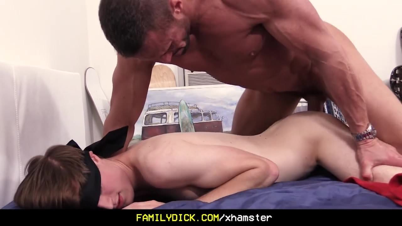 FamilyDick – Muscle Daddy Performs With Blindfolded Twink