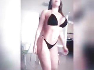 Linda jovencita mostrando su lindo cuerpo
