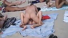 pareja cojiendo en playa publica