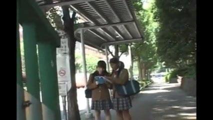 Jeunes japonaises dociles soumises pelotee grope train 3