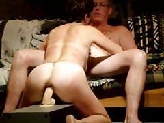 zij neukt een dildo en pijpt ondertussen haar man