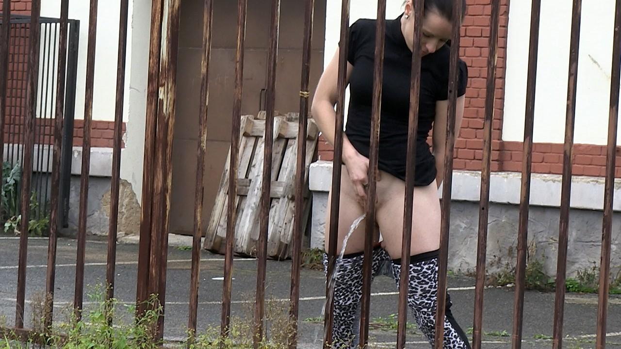 Ramona pulls down her leggings to piss
