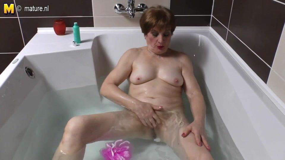 Зрелые женщины в ванной мастурбируют — pic 6