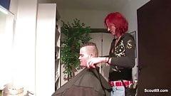 Junge Azubi Friseurin fickt mit Kunden fuer Extra Trinkgeld