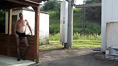 In Mini Heels und Nylons an der Bahnlinie
