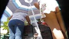 Upskirt en tianguis comprando comida
