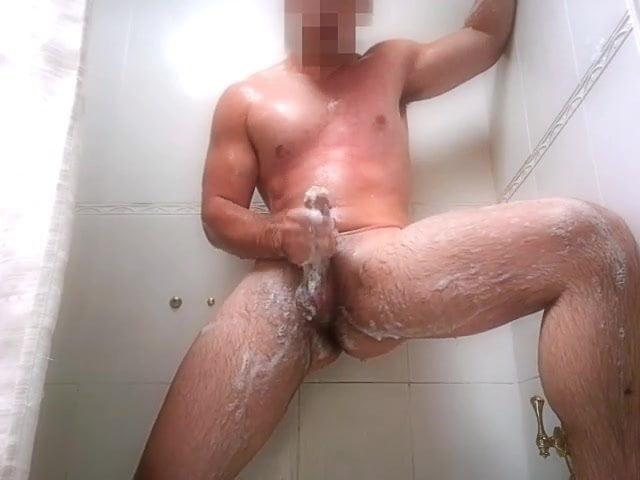 Накаченный парень дрочит член в ванной