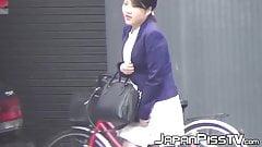 Видео крупным планом японских девушек, писающих в общественном туалете