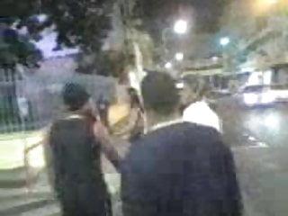 Une Prostitue fait son show dans les rues dela ville