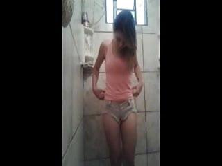 Gostosa do Whatsapp Tirando a Roupa no Banheiro