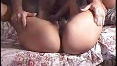 Mica expuesta mientras chupa